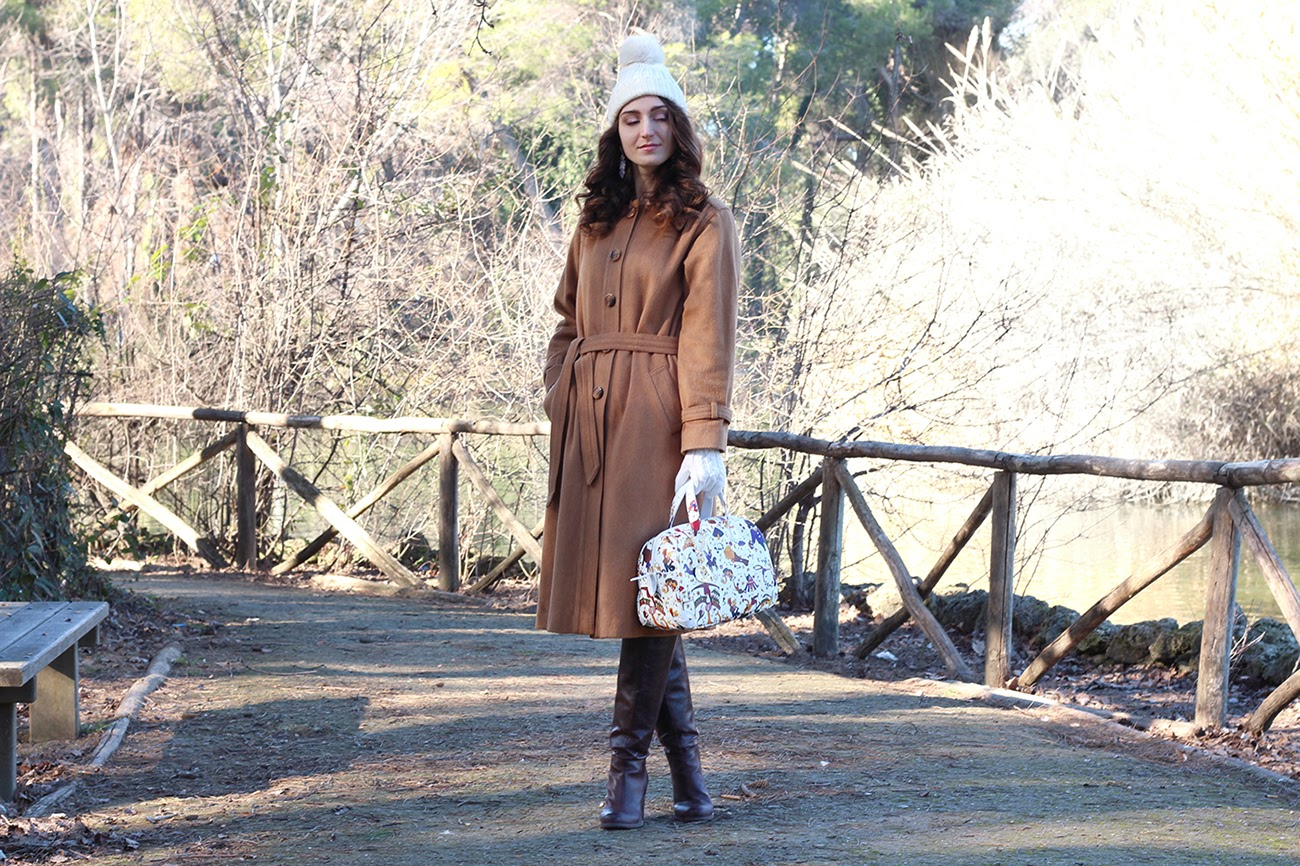 fashion blogger style moda trendy cappotto vintage camel coat white pom pom hat bag borsa bauletto bianco piero guidi magic circus pescara italian girl pimkie boots stivali