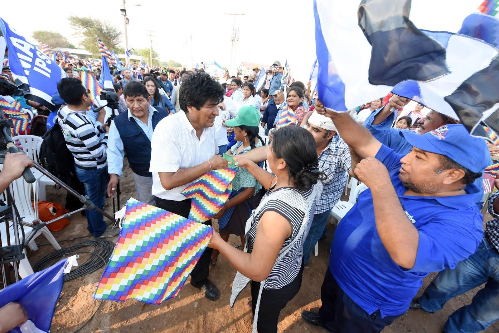 El mandatario candidato en un acto de entrega de obras hoy, rodeado de militantes del MAS en Santa Cruz / ABI