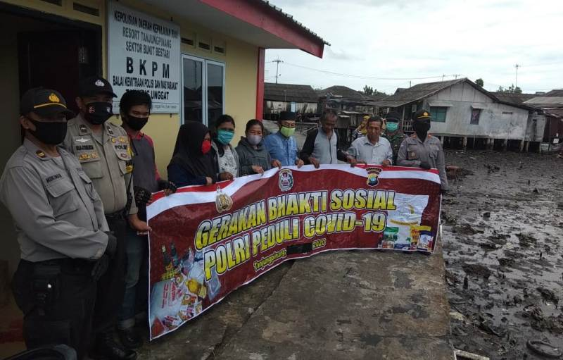 """Dengan Berjalan Kaki, Polres Tanjungpinang  Susuri Plantar Sempit dan Licin untuk Salurkan """"Sembako Door To Door"""""""
