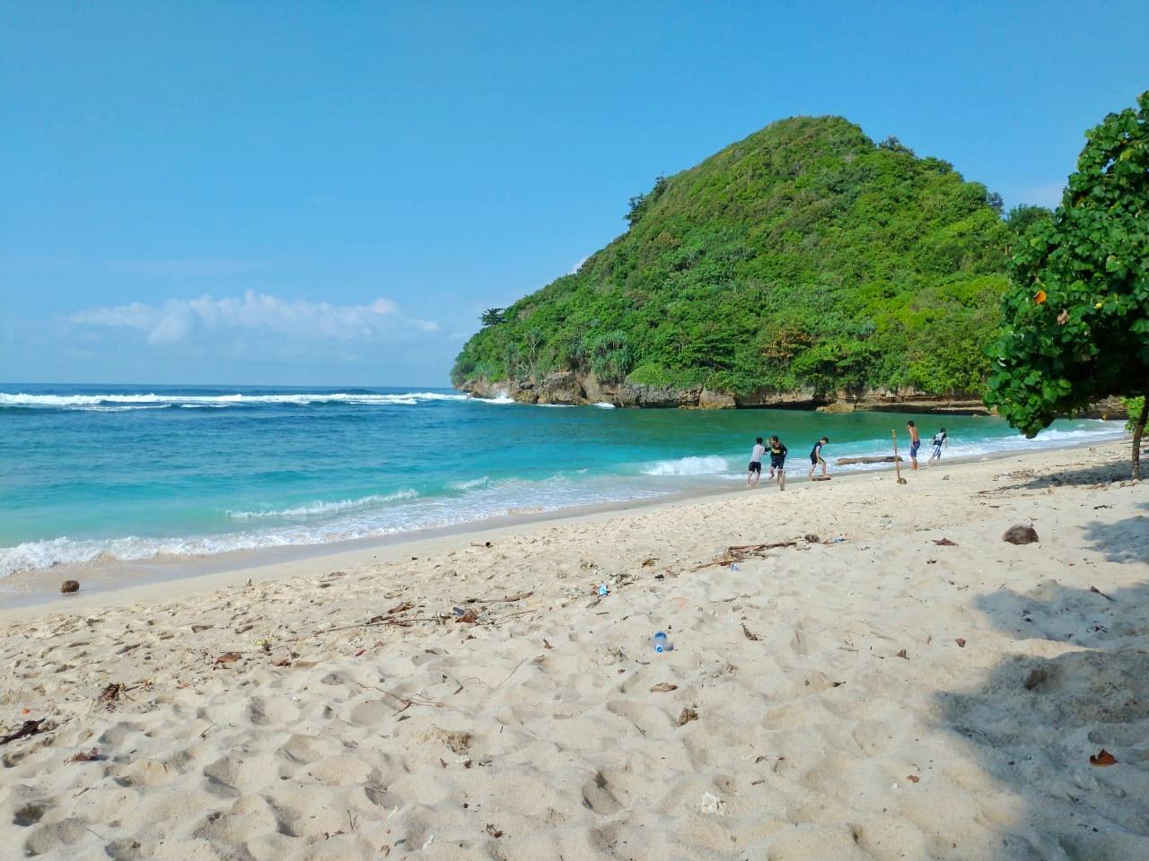Pantai Teluk Asmara, Bukti Kecantikan Pantai Malang Selatan Yang Nggak Ada Habisnya