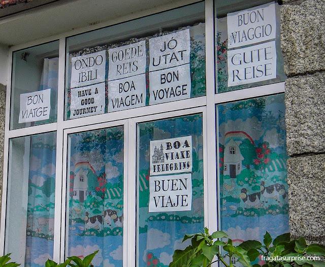 Escola infantil decorada com frases de boas vindas aos peregrinos no Caminho de Santiago, em Pontecessures