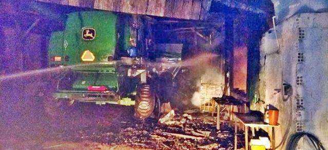Incêndio toma conta de barracão na área rural de Manoel Ribas