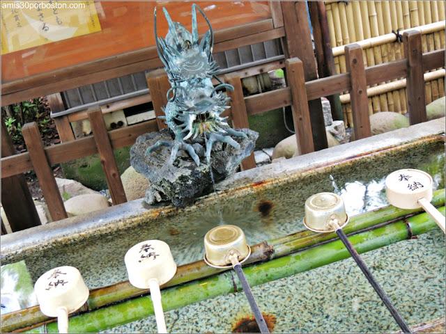 Temizuya del Santuario Atago en Tokio