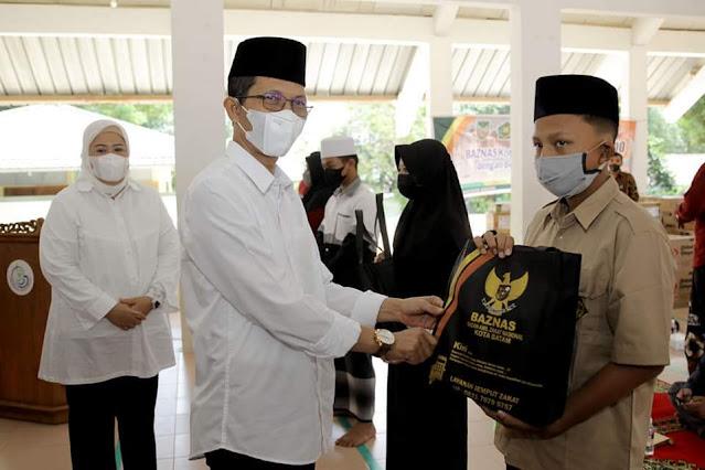 Amsakar Menghadiri Penyerahan Bantuan  1.300 Paket Imun untuk Santri dari Baznas Kota Batam