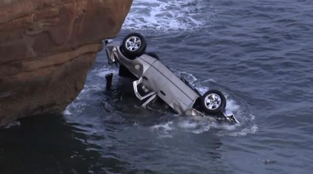 Полицейский-герой бросился в воду, чтобы спасти из машины малышек-близнецов, чей отец съехал с обрыва
