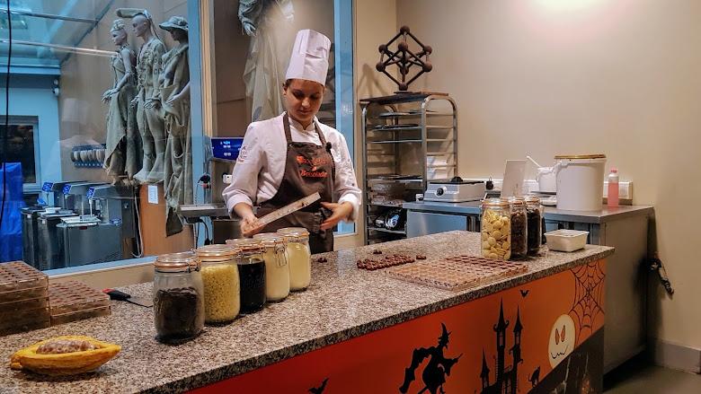 現場示範製作經典的含餡巧克力