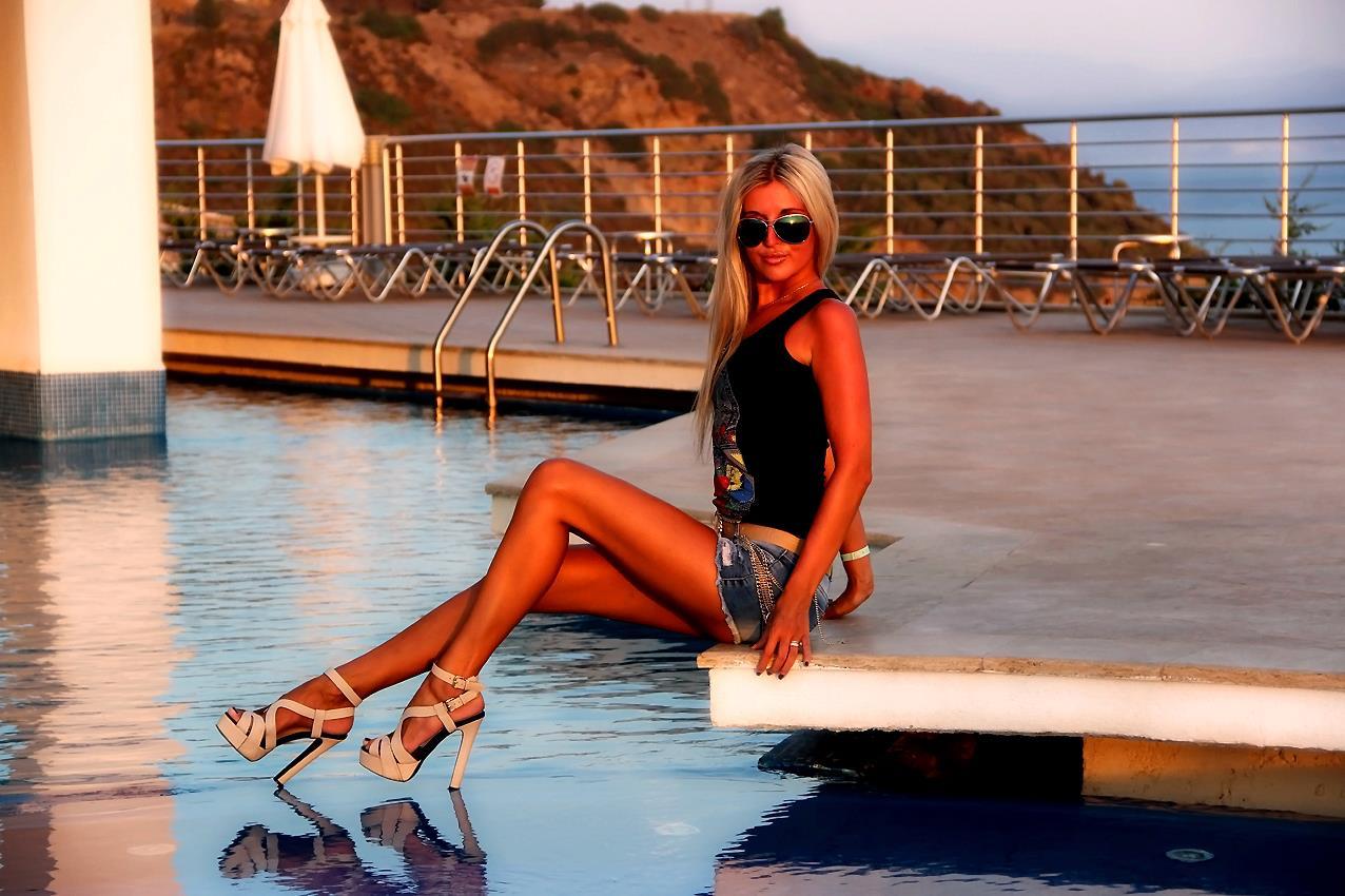 Mila, blonde, schöne Russin, High Heels, schöne lange Beine