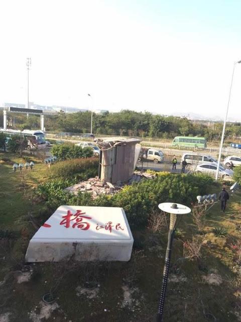 """(上图)江泽民题字的厦门市""""集美大桥""""石碑突然于2月29日凌晨断成两截坠落在地。"""