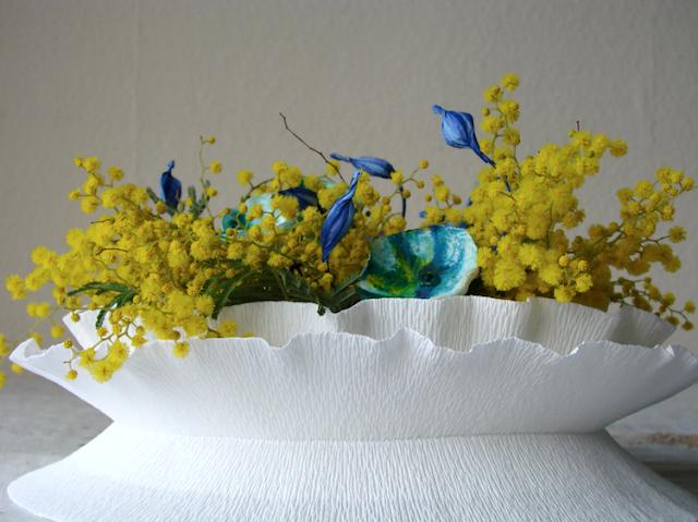 centrotavola di carta crespa con mimosa