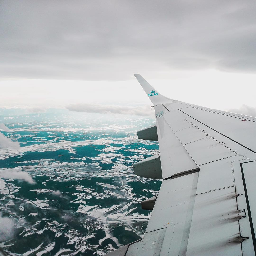 podróże, samolot, widok z okna samolotu, skrzydło samolotu, Norwegia, blog podróżniczy, podróże