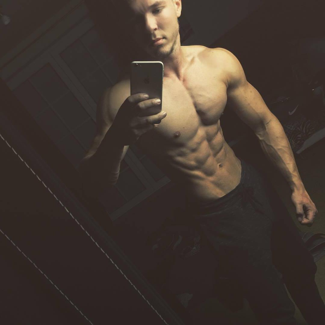 shirtless-muscle-hunk-joe-dahler-selfies
