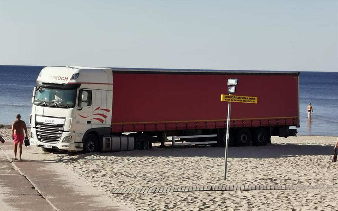 Kravas auto iestrēgst Jūrmalas smiltīs