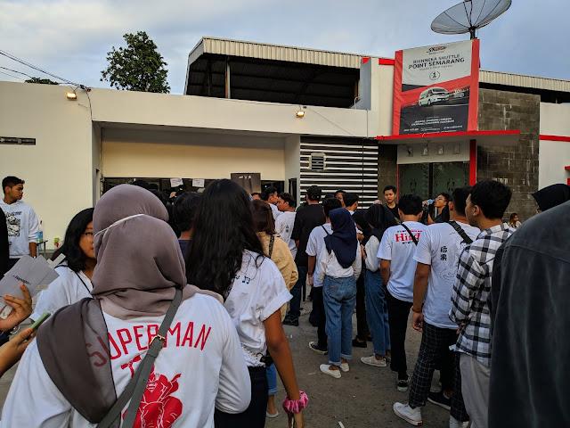 Antrian Pernak-Pernik Tur Bayangan Semarang