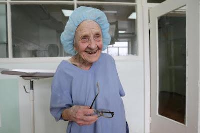 أكبر طبيبة جراحة في العالم .. تبلغ 89 عاما ولا تزال تمارس عملها !