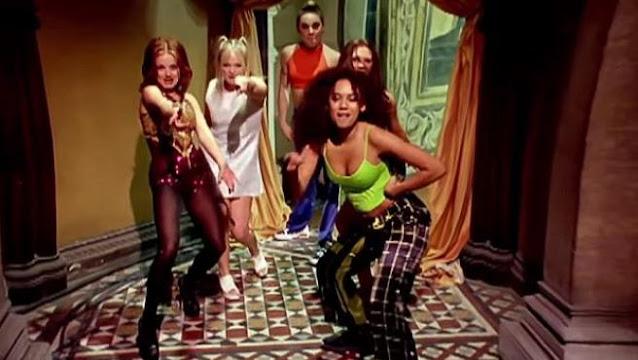 Las cinco Spice Girls, en el clip de 'Wannabe'