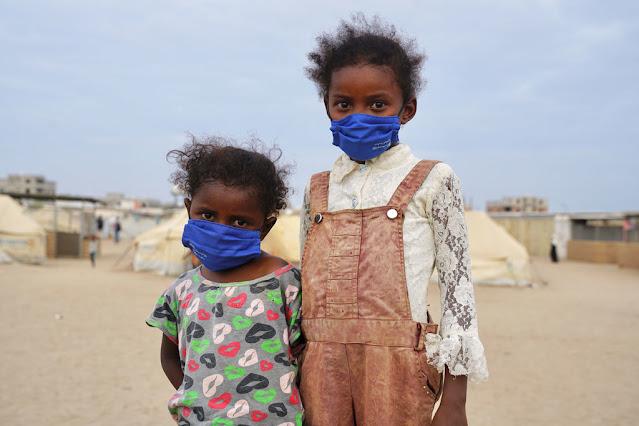 Dos niñas que han sido desplazadas debido al conflicto viven ahora en un asentamiento apoyado por ACNUR en las afueras de Adén, Yemen.OCHA/Giles Clarke Edit
