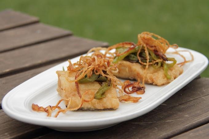 Bacalao frito con pimientos y cebolla