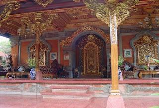 http://www.teluklove.com/2017/02/pesona-keindahan-wisata-puri-saren.html