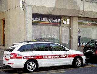 Voiture de la police municipale de Genève, devant le poste des Pâquis