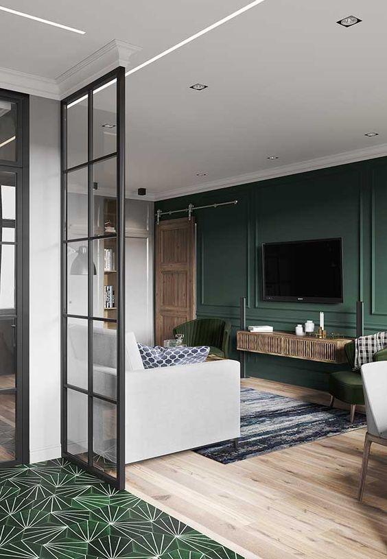 sala parede verde com boiserie