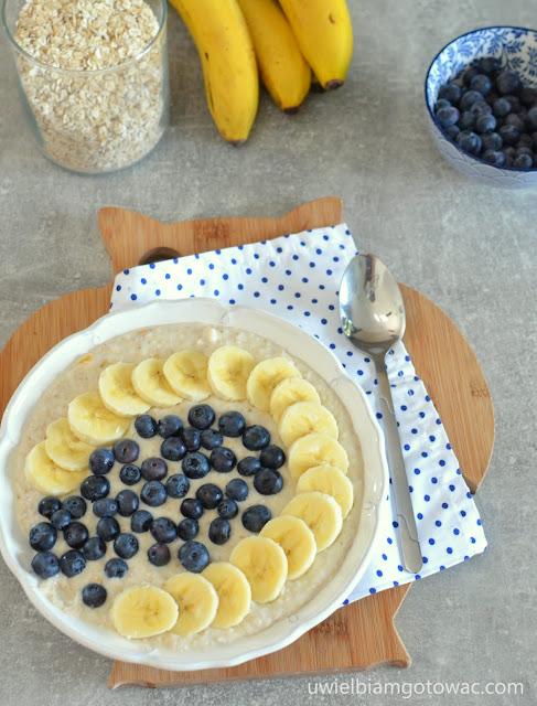 Owsianka jogurtowa z bananem i borówkami