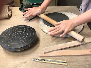 陶芸体験教室の風景 粘土を麺棒で伸ばしている場面