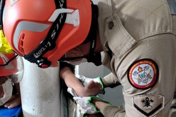 Vídeo: criança é resgatada após prender perna entre parede e coluna
