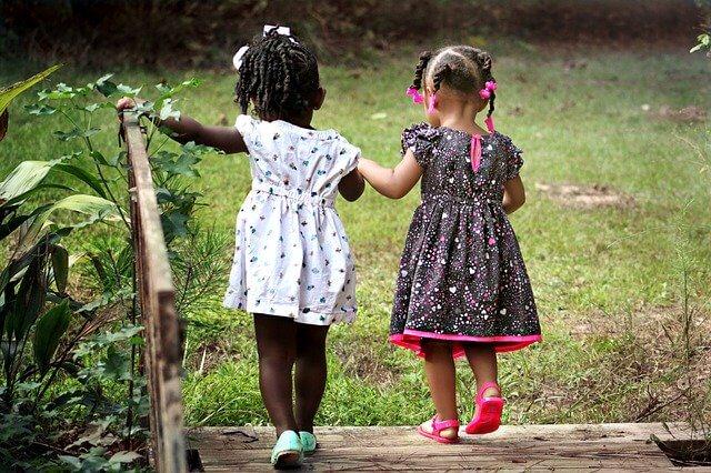仲良しの女の子2人の写った写真