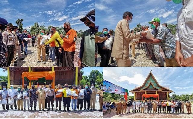 Bupati Irwan Serahkan Bantuan Beras Pada Masyarakat Kurang Mampu dan Terdampak Covid-19