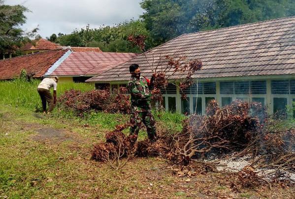 Babinsa Koramil 410-05/TKP Sertu Arfain Jaya secara gotong royong bersama warga masyarakat membantu pelaksanaan pembersihan lahan tidur yang akan ditanami pepohonan