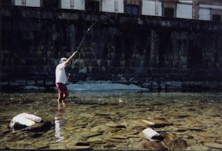 Pescador con trucha clavada en las cercanías del pueblo de Roncal