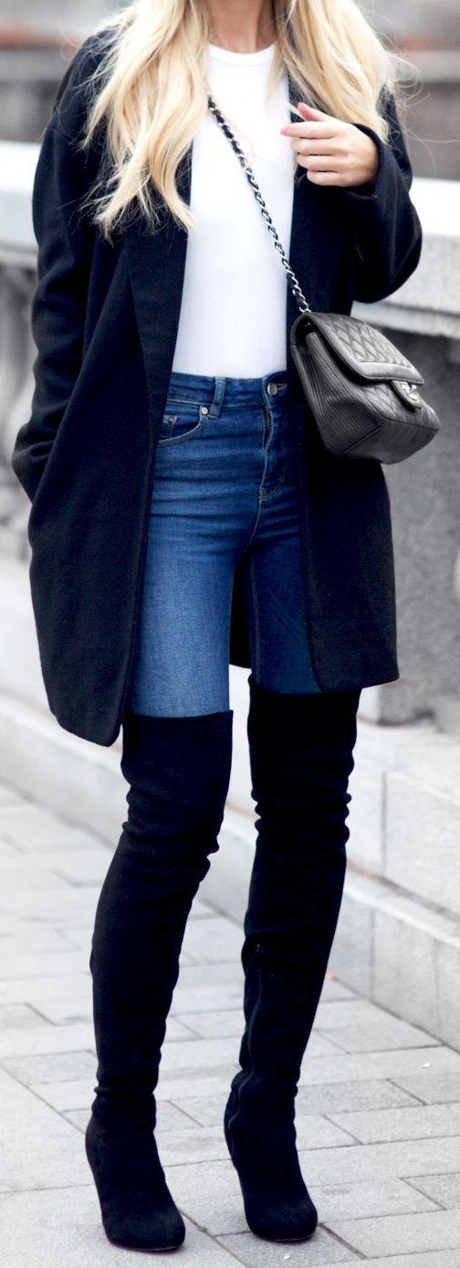 Vestido negro con botas largas negras