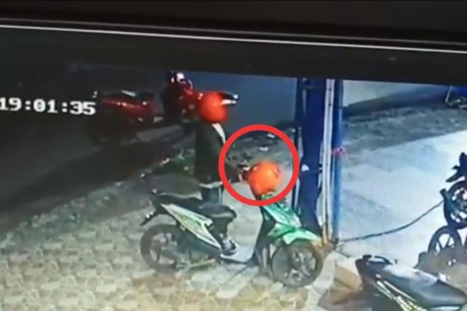 Pria di Bone Curi Helm, Aksinya Terekam CCTV