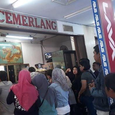 Harga Emas Turun, Warga Palembang Serbu Toko Emas