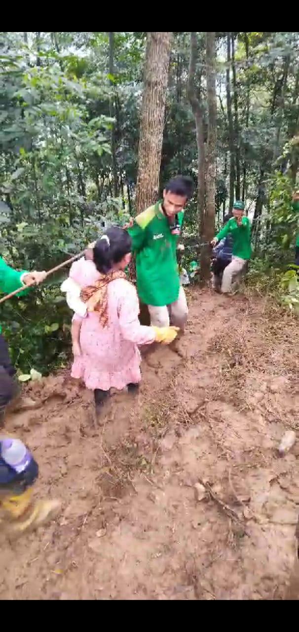 Masuk Hutan Pikul Logistik, Relawan Laznas Wahdah Evakuasi Warga Terisolir di Banten