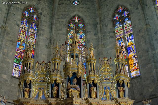 Detalle del Altar Mayor y Vidrieras del Ábside de la Catedral de Santa María en Saint Bertrand de Comminges, por El Guisante Verde Project