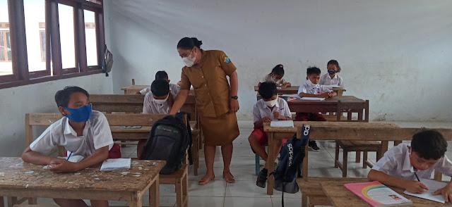 Babinsa Koramil 1312-05/Essang Membantu Para Guru dalam Proses Belajar Mengajar Di Sekolah