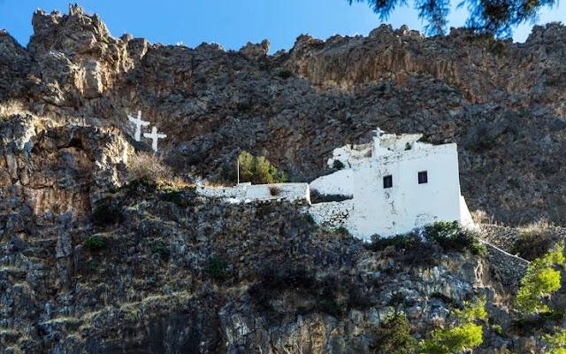Ο ναός των Κυθήρων σκαρφαλωμένος σε απότομο βράχο