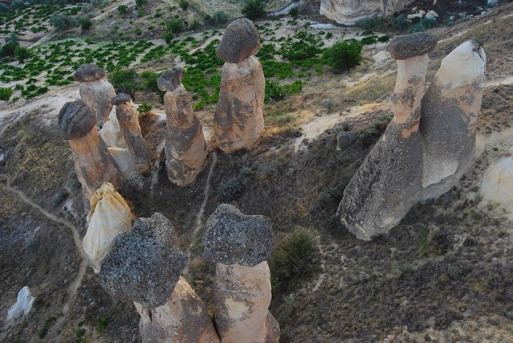 Ces colonnes naturelles ont un sommet composé d'une couche de protection (ici une grosse pierre plus dure) bien plus résistante à l'érosion