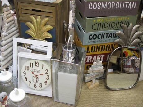 Espejo piña. Farol. Reloj. Cajas retro. Botes cristal y cerámica. Cajonera