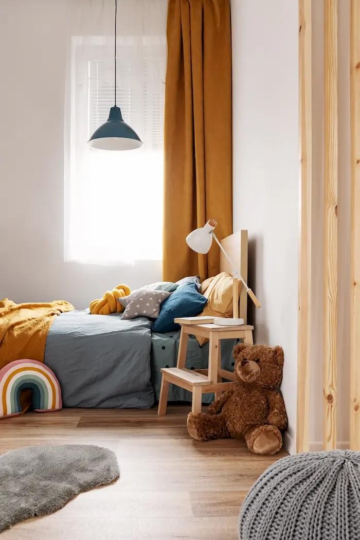 Mesitas de noche diferentes y originales: mesita con un taburete de IKEA