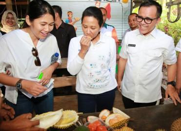 Menteri BUMN, Rini Pesta Durian Merah di Banyuwangi