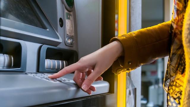 """""""Παγώνουν"""" οι αυξήσεις στις προμήθειες των τραπεζών"""