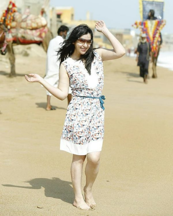 Komal Rizvi Fun Pictures from Beach with Family