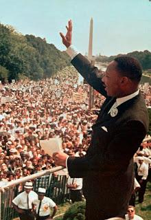 """Dalam file foto 28 Agustus 1963 ini, Pendeta Dr. Martin Luther King, Jr. mengucapkan terima kasih kepada massa di Lincoln Memorial dalam pidatonya """"I Havea Dream"""" pada bulan Maret di Washington."""