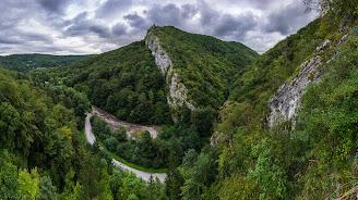 Dva pohľady na hradisko. Autor:  Vladimír Ruček