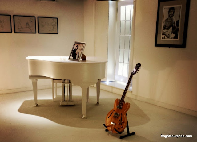 O piano e a guitarra de John Lennon expostos no Museu dos Beatles, em Liverpool