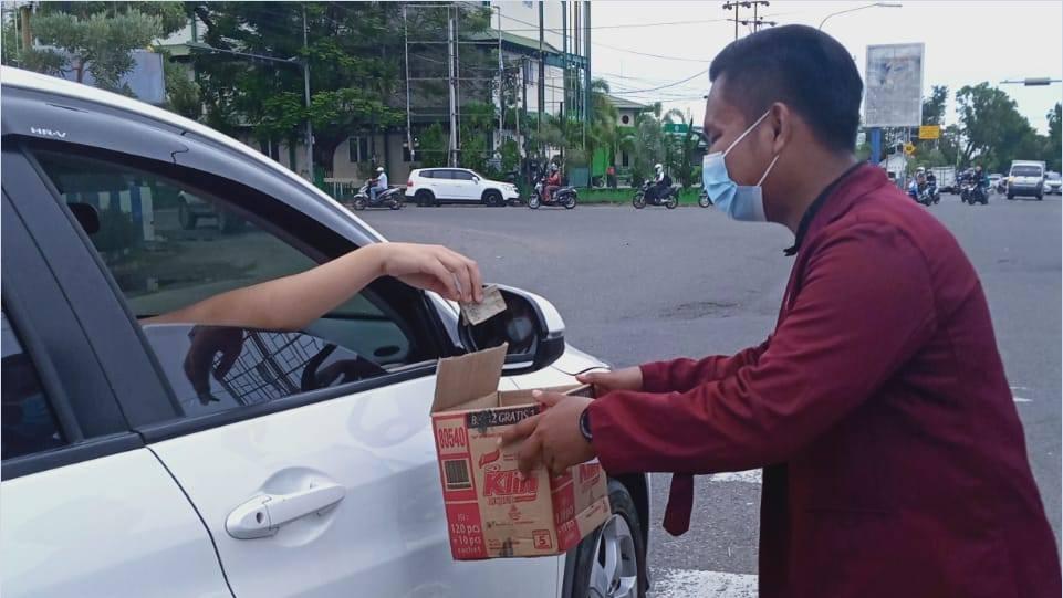 Mahasiswa Pesisir Selatan yang berada di Padang saat galang dana bantuan untuk warga terdampak banjir dan longsor di Lengayang – Pessel, Padang  12/1/2021.