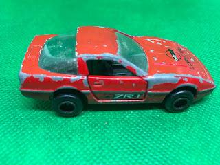 シボレー コルベット のおんぼろミニカーを側面から撮影