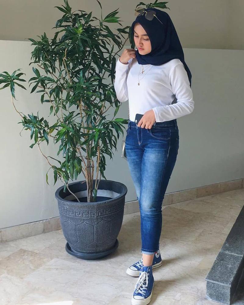 Sepatu kanvas Celana Jeans ketat dan Hijab